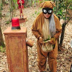 Jenny Frankhauser hat es schließlich noch schlimmer getroffen: Sie muss in ein Känguru-Kostüm steigen. Besonders skurril sieht dazu die Schlafmaske mit aufgerissenen Augen aus.