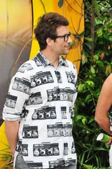 Daniel Hartwich muss noch nicht einmal in eine Prüfung und kommt trotzdem in einem sehr geschmacklosen Outfit daher. Auf sein Hemd sind Ghettoblaster gedruckt.