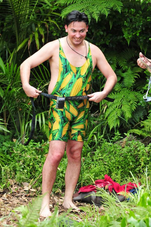 Dieses Outfit ist ganz schön heiß.. ähh, wir meinen natürlich Mais. Einige Male präsentiert sich Matthias Mangiapane in diesem ungewöhnlichen Einteiler mit Gemüsemotiv und etabliert so den Mais-Kini für Männer.
