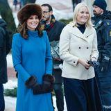 Keine leichte Aufgabe für Mette-Marit: Als Kate und William das norwegische Königspaar in Oslo besuchen, schauen viele auf die Herzogin. Was trägt sie? Wie groß ist ihr Babybauch? Doch die royale Blondine schafft es, mit einem schlichten Look die Blicke auch auf sich zu ziehen. Sie strahlt in einer hellen Jacke, die bestens zu ihrer Haarfarbe passt.