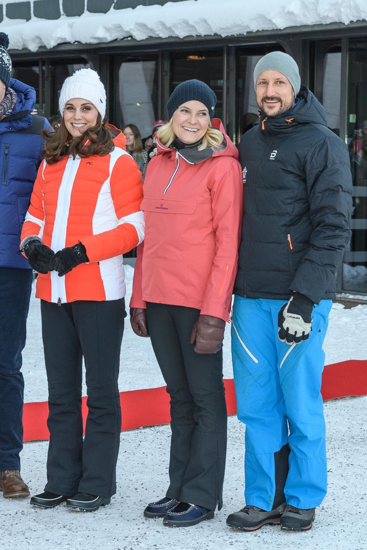 Auch auf der Piste macht Mette-Marit eine tolle Figur. Sie hat eine rote Ski-Jacke gewählt, die viel Wärme und Freude ausstrahlt. Das Highlight kommt allerdings wenig später.