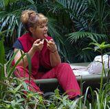 Auch wenn das Dschungelcamp kein Zuckerschlecken ist, geht Sandra Steffl mit Zahnseide gegen Karies vor.