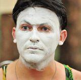 Bei der Pantomime-Prüfung tritt Matthias Mangiapane mit weißem Gesicht an. Dabei handelt es sich eigentlich nicht um eine Beauty-Maske. Den Look à la Schönheitssalon verleiht die helle Farbe dennoch.