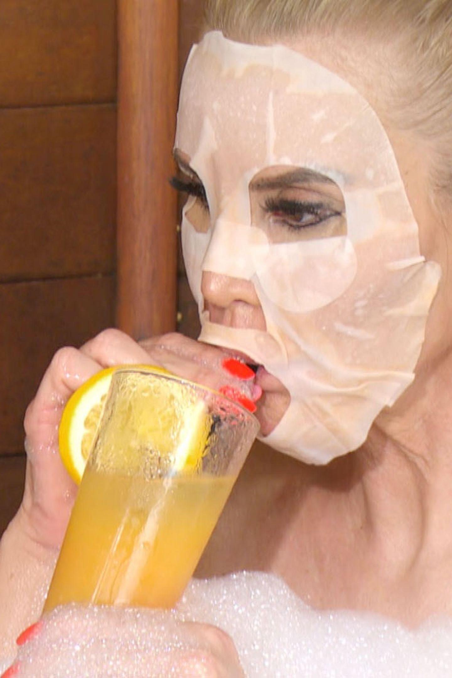 """Tatjana Gsell hat hingegen eine wahre Maske im Gesicht, sobald sie das Camp verlassen hat. Dazu gibt es auch gleich noch einen """"Detox-Drink"""", um sich von den Strapazen zu erholen."""
