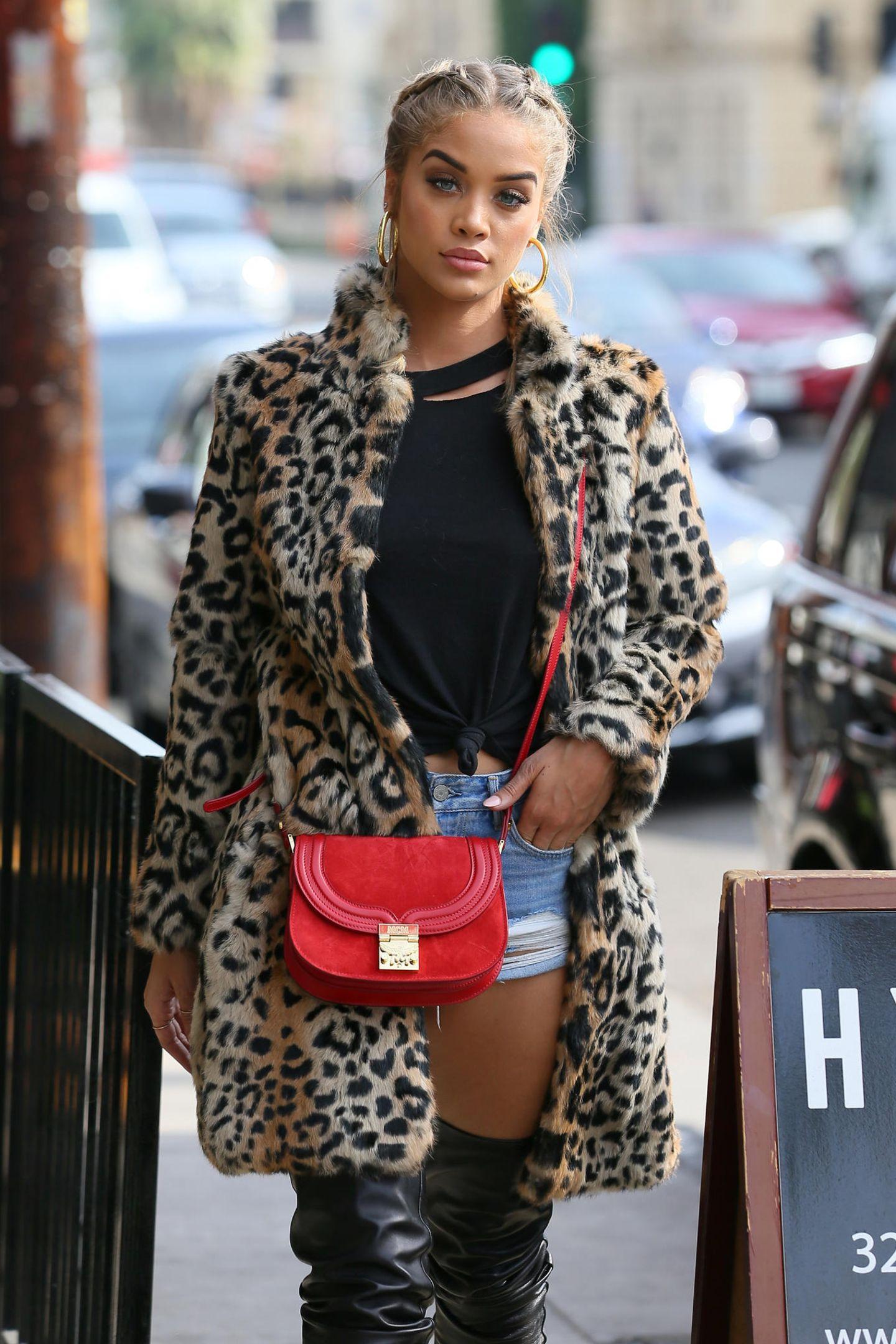 """Jasmine Sandres ist von der """"Trisha"""" ebenfalls angetan. Sie trägt das Modell in einem leuchtenden Rot. Das Tolle daran: MCM ist ursprünglich eine Münchener Marke, erobert - wie man hier schön sieht - mittlerweile aber auch Hollywood."""
