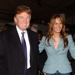 """Gestatten: Hier kommt Mrs. Trump! Der Milliardär hat seinem Model am 22. Januar 2005 das Jawort gegeben. Knapp zwei Wochen später, am 9. Februar, besucht das frisch verheiratete Paar die """"New York Fashion Week"""". Nicht zu übersehen: Sie schweben auf Wolke sieben."""