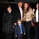 """Bei einem Ausflug im März 2009 strahlt das Familienglück aus den Gesichtern von Donald und Melania. Zusammen mit dem damals dreijährigen Barron und Amalija Knavs, der Mutter von Melania, besucht das Paar die Studios des TV-Senders """"NBC"""" in New York."""