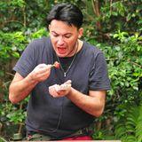 Während der Staffel gibt es für Matthias aber nicht nur Reis und Bohnen, sondern ab und zu auch mal eine ganz besondere Currywurst. In einer Prüfung muss er innerhalb von 90 Sekunden zwei Schweine-Anuse auf Emu-Blut essen.