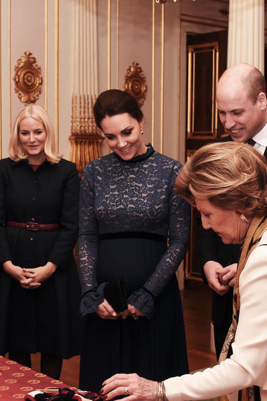 Herzogin Catherine (3.v.l.) und Prinz William (3.v.r.) bringen Geschenke mit nach Norwegen. Prinz Haakon (l.), Prinzessin Mette-Marit (2.v.l.) und das Königspaar Harald und Sonja (rechts) schauen sich die Gaben an. Natürlich haben auch sie etwas für die Briten vorbereitet