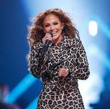 Verständlich, dass sich Jennifer Lopez über ihre schöne Kehrseite freut. Ihr Strahlen ist allerdings mindestens ebenso schön.
