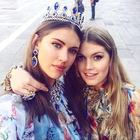 Lady Sabrina Percy und Lady Kitty Spencer kommen trotz Titel zwar nicht für den Thron in Frage, die Fashion-Krone dürfen sich die Freundinnen dennoch aufsetzen.