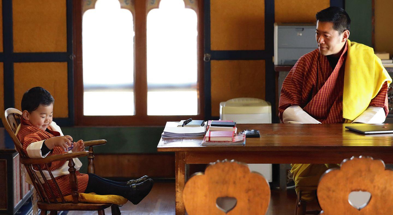 """5. Februar 2018  Der """"Drachenprinz"""" wird zwei Jahre alt. Zur Feier des kleinen Prinzen Jigme ist dieser private Moment zwischen Vater König Jigme Khesar Namgyal Wangchuck und seinem Sohn veröffentlicht worden."""