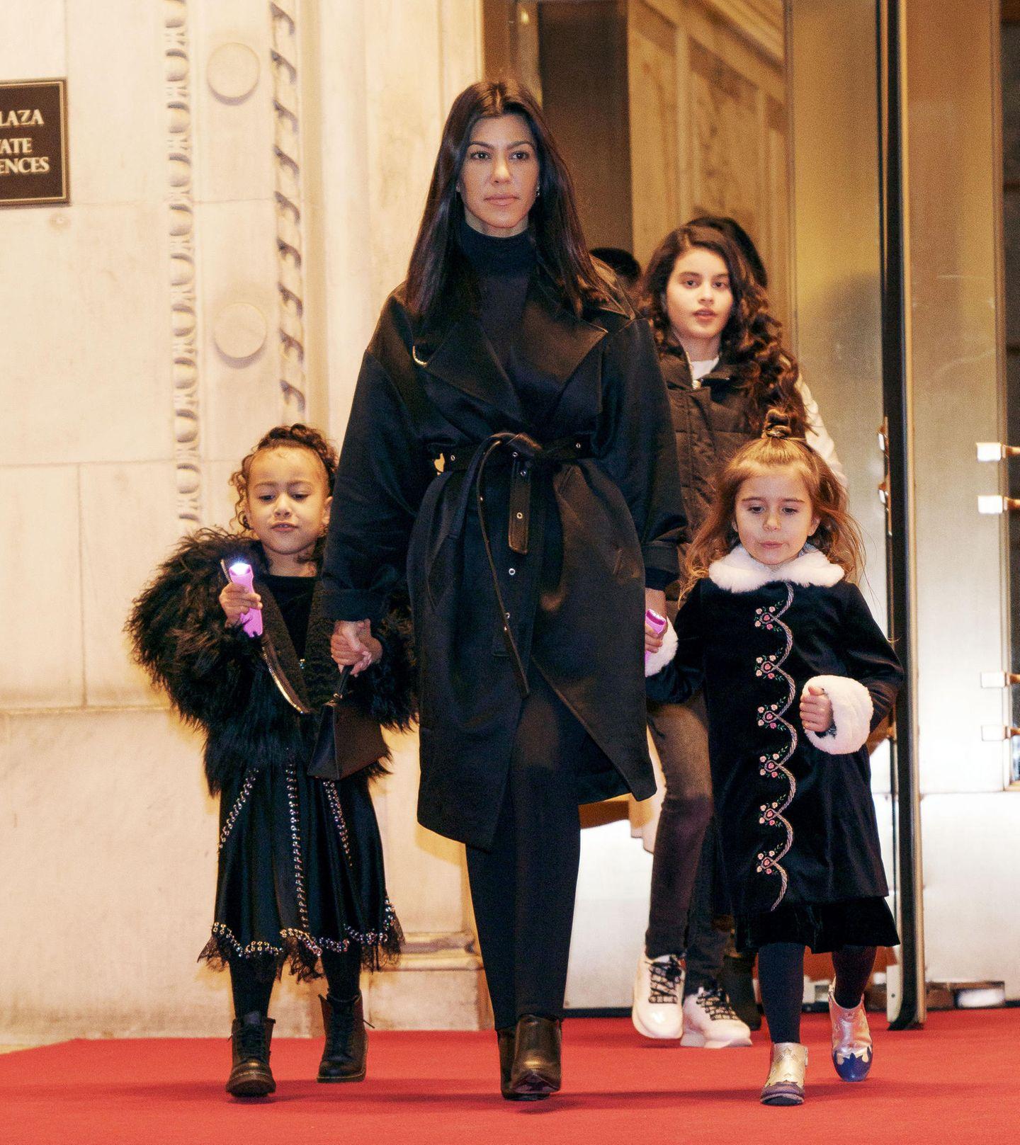 Abends darf es dann ein bisschen schicker sein: North, die älteste Tochter von Kim Kardashian und Kanye West, trägt ein schwarzes Satin-Kleid mit Nietendetails und Schnür-Boots, Penelope trägt einen Mantel mit Fellmanschetten- und Kragen. Im Gegensatz zu North scheint die fünfjährige Penelope nur ein Paar Schuhe dabei zu haben - sie trägt erneut ihre silber-blauen Stiefelchen.