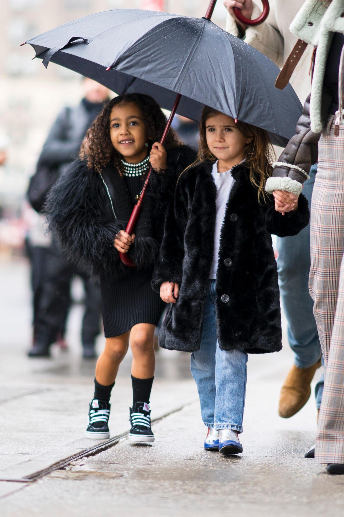 North West und Penelope Disick gehören zu den meist-fotografiertesten Promi-Kids der Welt. Klar, dass die Cousinen (oder ihre Mütter) viel Wert auf das perfekte Outfit legen. Für einen Wochenend-Trip nach New York hatten die Mini-Fashionistas so einiges im Gepäck: North zeigt sich - wie so oft - in einem komplett schwarzen Outfit inklusive Pelzmäntelchen und figurbetontem Kleid. Penelope trägt ebenfalls einen schwarzen Fellmantel, sie kombiniert dazu eine blaue Jeans und coole Boots.