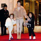 In Begleitung von Penelopes Mama, Kourtney Kardashian, verlassen die drei ihr Hotel. Penelope trägt - genau wie ihre Mutter - einen Ton-in-Ton-Look, bestehend aus cremeweißer Leggins und passendem Felljäckchen. North ist wieder einmal ganz in Schwarz gekleidet und trägt lediglich weiße Sneaker.