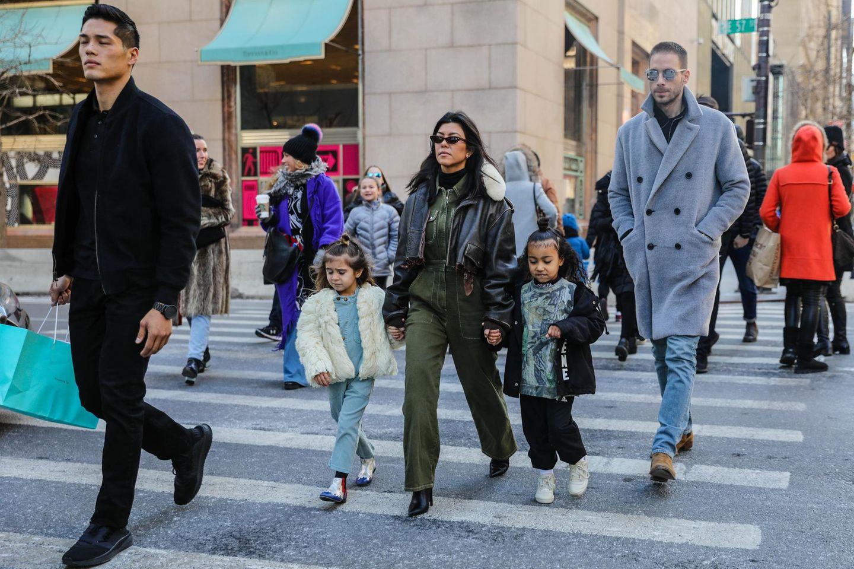 """Für einen Stadtbummel inklusive """"Breakfast at Tiffany's"""" mögen es die Modischen Minis eher casual: Penelope trägt einen Jeans-Overall und ein helles Felljäckchen und North eine schwarze Hose und einen Pullover im Military-Style. Beide tragen einen stylischen Half-Bun."""
