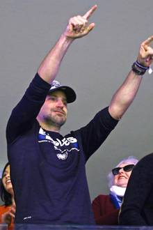 Hollywoodstar Bradley Cooper feiert den Sieg der Eagles mit vollem Körpereinsatz. Da muss Freundin Irina Shayk schon fast in Deckung gehen.