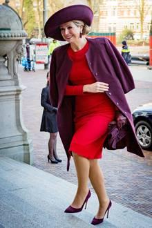 Schwungvoll und farblich in Rot und Brombeere gekleidet, besucht Königin Máxima das Oncode-Institut, eine Krebsforschungseinrichtung in Amsterdam. Bei diesen fröhlichen Farben kann man das kalte Wetter glatt vergessen.