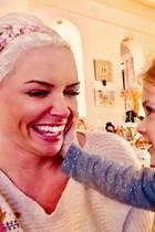 """4. Februar 2018  Spaß bei Daniela Katzenberger und Töchterchen Sophia. """"Kaum zu Hause und schon bekomme ich wieder meine Ohrringe gemopst"""", postet Daniela."""