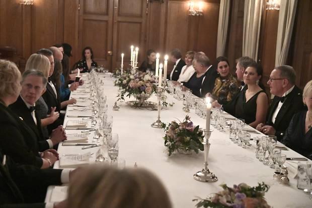 Alicia Vikander sitzt direkt neben dem royalen Gast Prinz William.