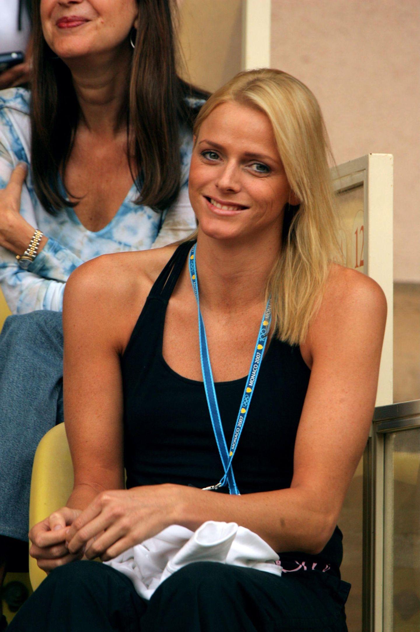 In der Öffentlichkeit stand die bürgerlich geborene Charlène Wittstock schon vor ihrer Hochzeit mit Albert. Als Schwimmerin nahm sie an zahlreichen Wettkämpfen teil, was sich auch an der sportlichen Figur der Südafrikanerin deutlich zeigte.
