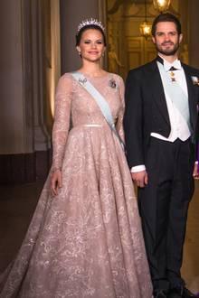 Prinzessin Sofia in edler Robe und königlicher Schärpe und natürlich einem Diadem. Ganz so royal sah die Ehefrau von Prinz Carl Philip früher nicht aus.