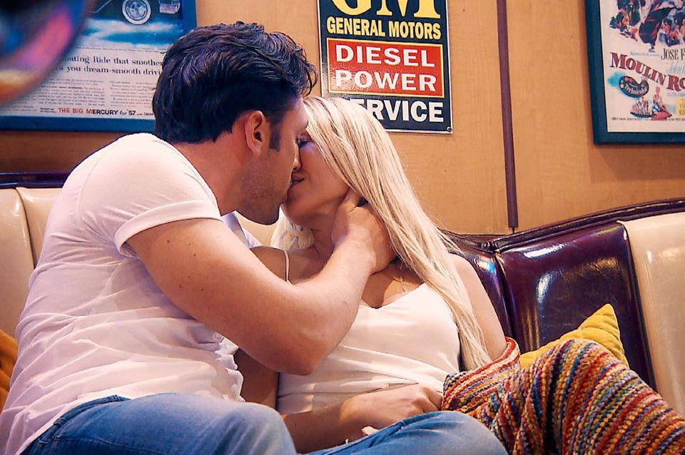 Daniel küsst Jessica.