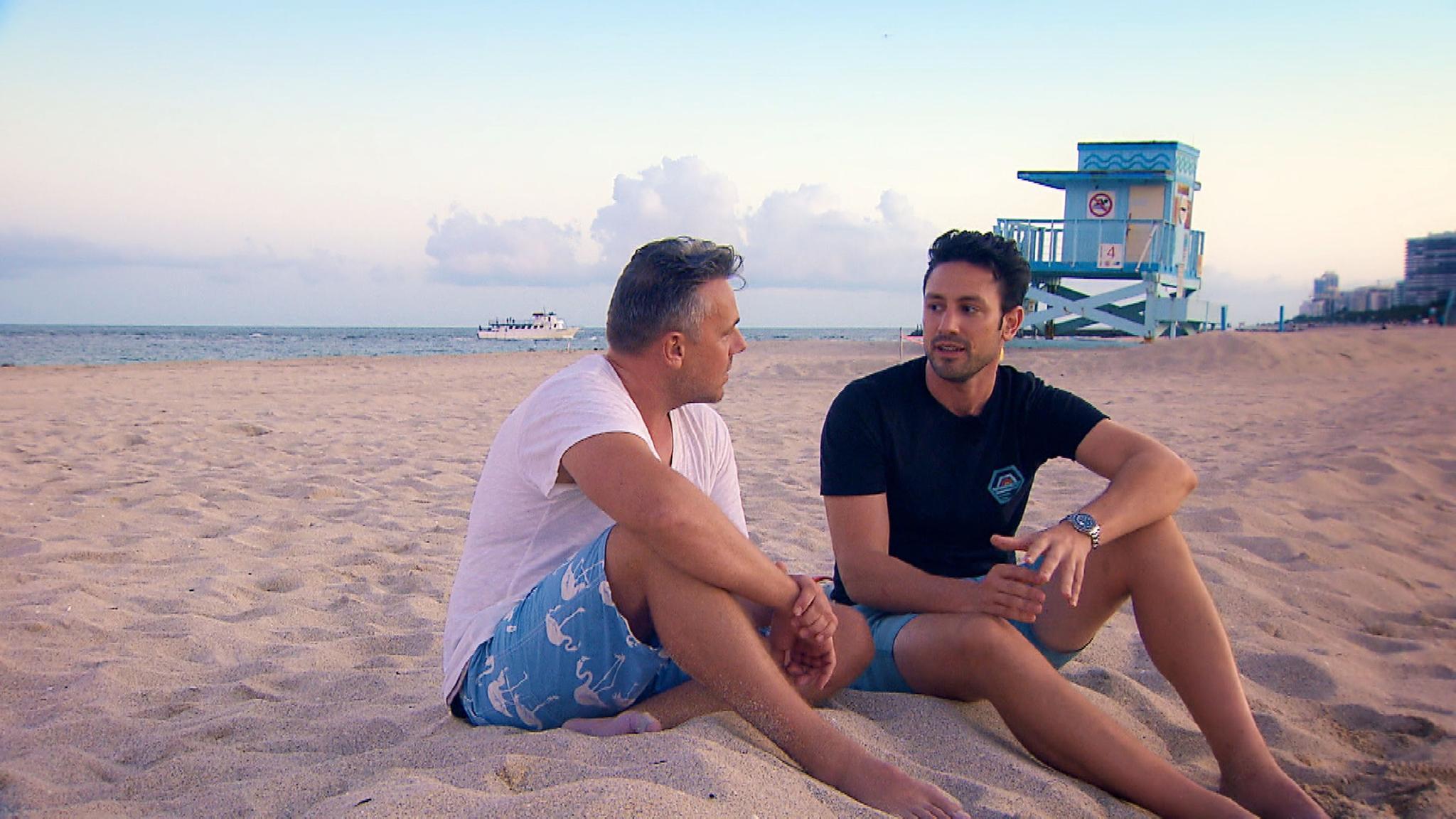 Bei der Wahl seiner Herzdame bekommt Daniel (r.) moralische Unterstützung von seinem besten Freund Dennis (l.).