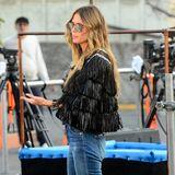 Beim Dreh auf dem Hollywood Boulevard macht Heidi ihren Mädels vor, wie man sich als berühmtes Model kleiden sollte. Ihren Jeans-Look wertet sie optisch durch Fransenjäckchen und Pumps auf und glänzt so in einem lässigen Boho-Chic.