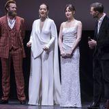"""Bei der """"Fifty Shades""""-Premiere in Paris geht es heiß her. Allerdings anders, als wir erwartet hätten. Denn es ist nicht etwa die Hauptdarstellerin Dakota Johnson, die hier für Aufsehen sorgt, sondern Rita Ora. Sie kommt in einem weißen Overall zu dem Event, lässt ihren BH allerdings zu Hause und lässt so ihre Brustwarzen durchscheinen. Da guckt auch Jamie Dornan nicht schlecht."""