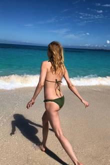 Traumhafte Aussichten! Dass die Schauspielerin, die sich hier in die kühlen Fluten traut, schon 48 ist, mag man kaum glauben. In einem knappen, grünen Bikini und mit wallendem Haar könnte es sich hier auch um eine 20-Jährige handeln.