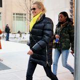 Mama Yolanda mag es vor allem warm: Die gebürtige Holländerin zeigt sich in einer Jeans mit XXL-Daunenjacke und quietschgelben Accessoires. Dazu kombiniert sie puschelige Winter-Boots und eine große Sonnenbrille.