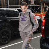 Abseits des roten Teppichs lieben es die Hadids nämlich leger: In einem grauen Jogging-Ensemble mit farblichen Akzenten zeigt sich Bella zwar wenig glamourös, aber trotzdem stylisch auf den Straßen New Yorks.