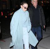 """Auch ihre ältere Schwester Gigi mag es privat lieber kuschelig. """"Ton in Ton"""" ist für ihren Freizeit-Look gar kein Ausdruck: In bonbonblauer Hose mit passendem Rollkragenpullover und breitem Schal ist sie nachts in den Straßen von New York unterwegs."""