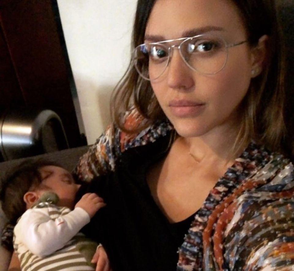Jessica Alba macht ein Instagram-Selfie, während sie ihren im Dezember geschlüpften Sohn Hayes stillt.
