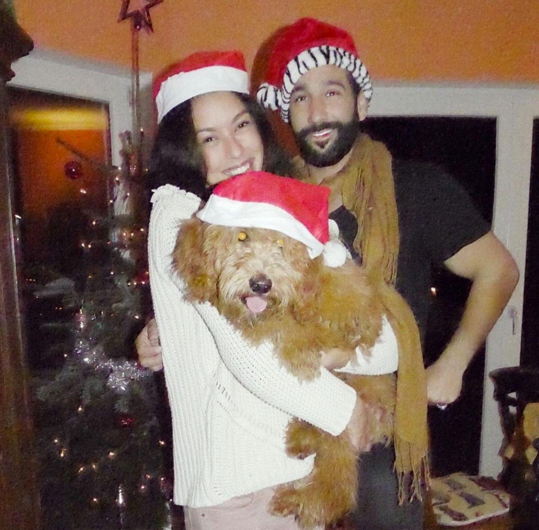 """24. Dezember 2016  """"Frohes Fest"""" wünschen Rebecca Mir und Massimo Sinato mit dem Familienmitglied Hund Macchia."""