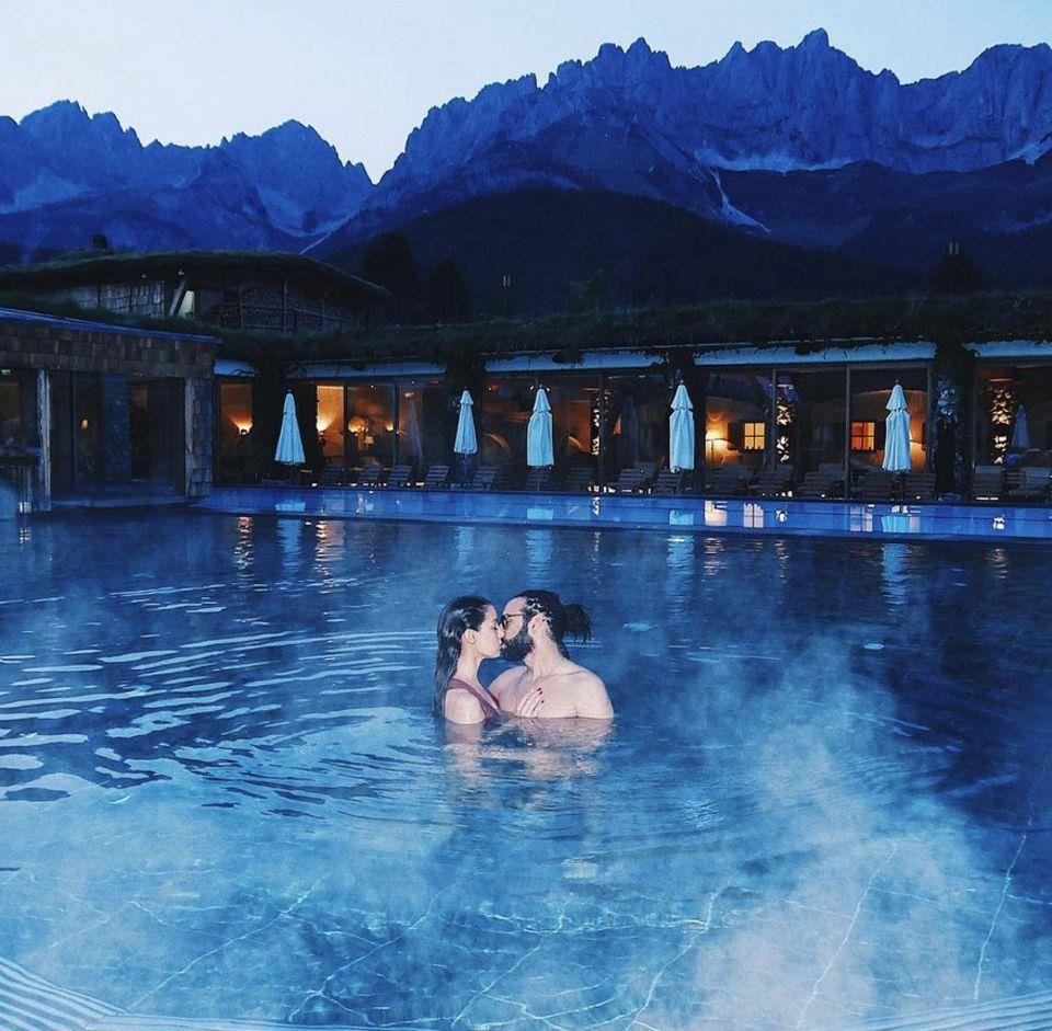 8. September 2017  Rebecca Mir und ihr Massimo genießen Zeit zu Zweit in Tirol in einem traumhaft schönen Pool mit Panorama-Bergblick.