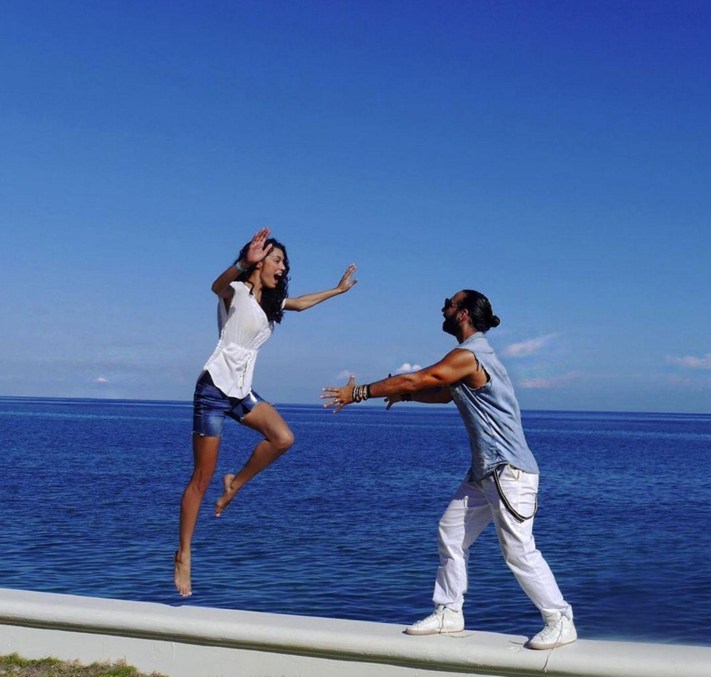 """8. Oktober 2017  """"Happy Birthday Dirty Dancing"""" postet Massimo und stellt mit seiner Rebecca vor einer traumhaften Kulisse am Meer die beliebte Kultpose aus dem Film nach."""