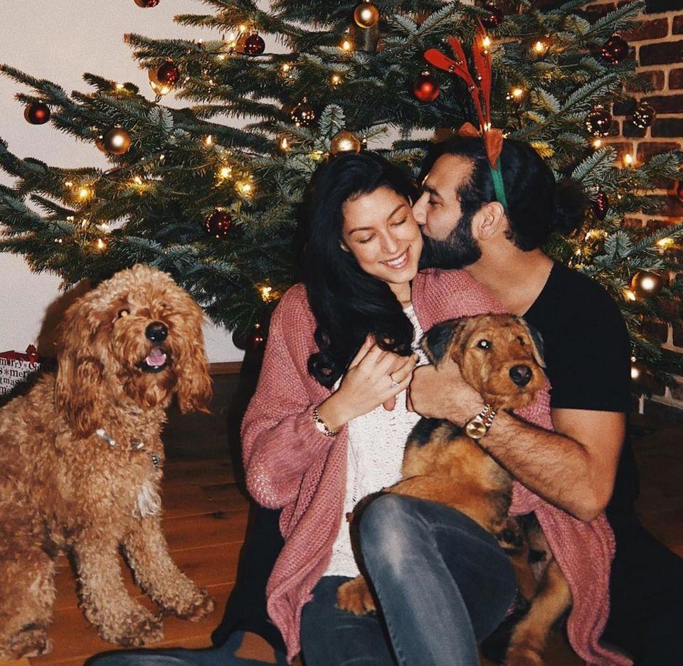 25. Dezember 2017  Das Pärchen wünscht frohe Festtage und postet ein Bild mit den beiden Hunden.