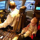 """18. Januar 2018  """"Captain Luke"""", postet Donalds Sohn, Eric Trump, scherzend. Sein Sohn, in Mutter Laras Armen, darf das Cockpit des Fliegers besichtigen."""