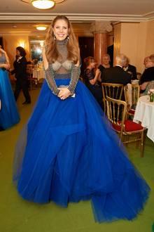 Mit sexy Transparenz und ganz viel blauem Tüll ist Victoria Swarovski ein echter Hingucker auf dem Wiener Opernball.