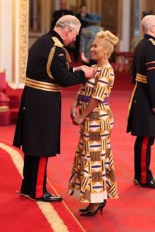 """8. Februar 2018  Sängerin Emeli Sandé wird von Prinz Charles im Buckingham Palace mit dem MBE-Orden ausgezeichnet.Der Verdienstorden """"Member of the Most Excellent Order of the British Empire"""" wird unter anderem für besondere Leistungen auf kulturellem, geistigem oder ehrenamtlichem Gebiet verliehen."""