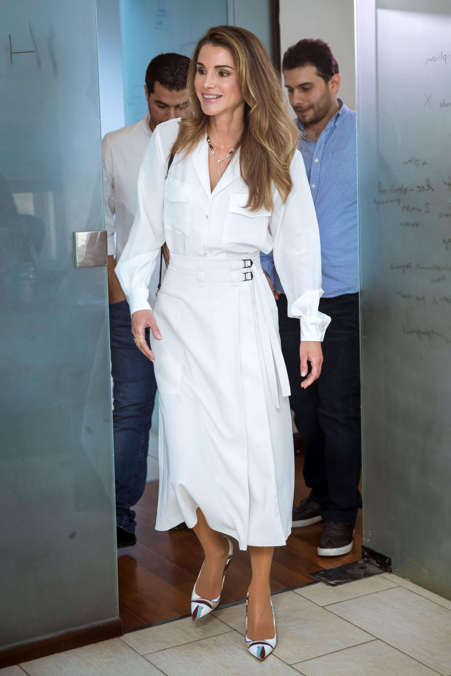 Weiß bringt Königin Rania immer zum Leuchten, und auch die passenden Schuhe sind ein stylischer Hingucker.