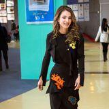 Elegant in Schwarz, aber mit verspielten, farbenfrohen Applikationen zeigt sich Königin Rania bei einer Veranstaltung ihrer Stiftung für Bildung und Entwicklung in Amman.