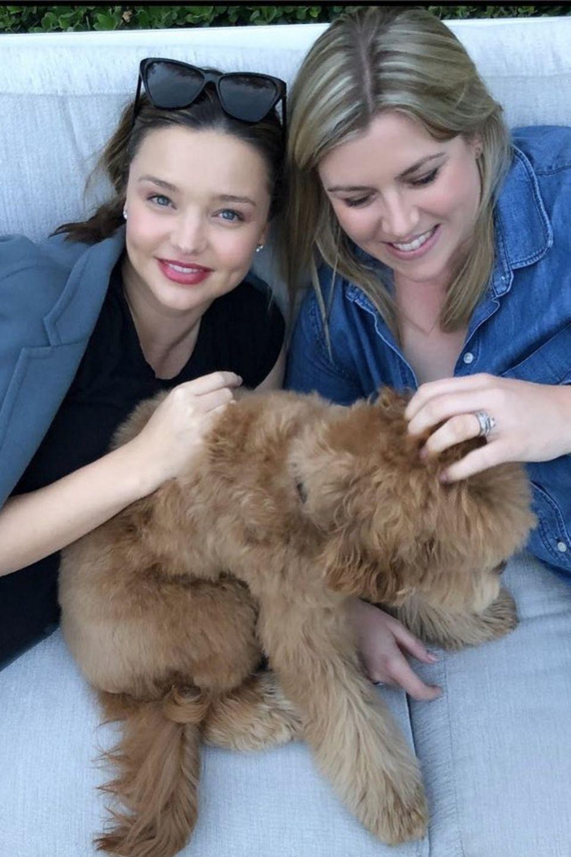 Miranda Kerr postet dieses Foto von sich, einer Freundin und ihrem flauschigen Vierbeiner.