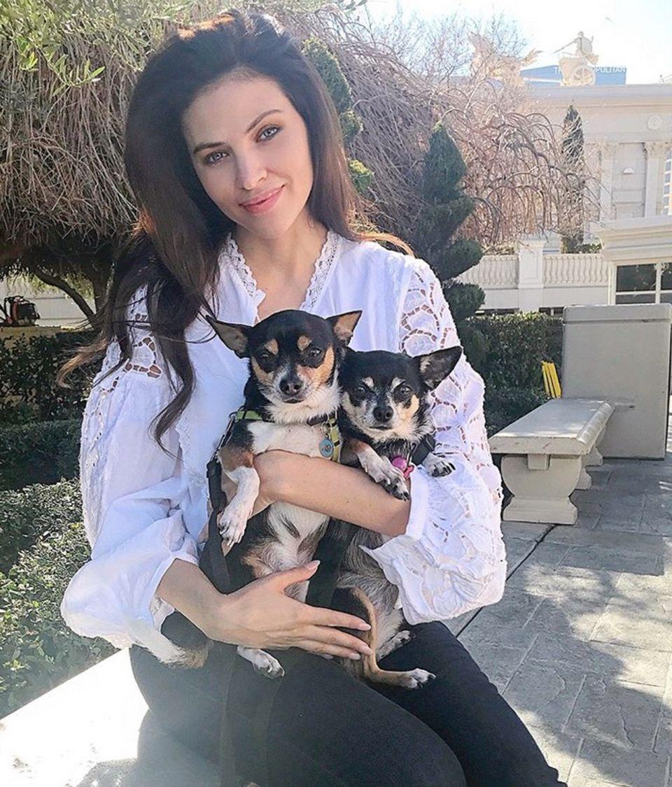 Hana Nitsche liebt ihre Hunde Ivy und Herman so sehr, postet sie. Die beiden, felligen Gefährten reisen mit dem Model nahezu überall hin und sind die besten Reisebegleiter.