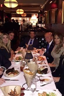 10. Februar 2018  Mit diesem Throwback-Foto erinnert Donald Trump Jr. an ein Familienessen, das genau zwei Jahre zuvor stattgefunden hat. Gefeiert wurde der erste wichtige Sieg Donald Trumps auf dem Weg ins Weiße Hause. Am Tisch sitzen (v.l.n.r.): Eric, Ivanka, Jared Kushner, Donald Jr., Donald, Melania, Vanessa und Lara Trump.