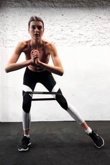 """""""Mein Gott... so ein hübsches Mädel warst du mal. Nur noch Haut und Knochen. Nimm mal zehn Kilo zu"""", schreibt ein User unter dieses Instagram-Foto von GNTM-Gewinnerin Celine Bethmann. In der Tat wurde das Model nach ihrem Sieg immer schlanker."""