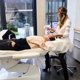 """Fußballstar Mario Götze hat seine ganz eigene Art sich auf ein Bundesliga-Spiel vorzubereiten: Er lässt es sich bei einer Beauty-Behandlung gut gehen. Der 25-Jährige genießt im Düsseldorfer Kosmetikstudio """"Aesthetic Concept Kö"""" ein Hydrafacial. Und dabei ist es nicht alleine ..."""