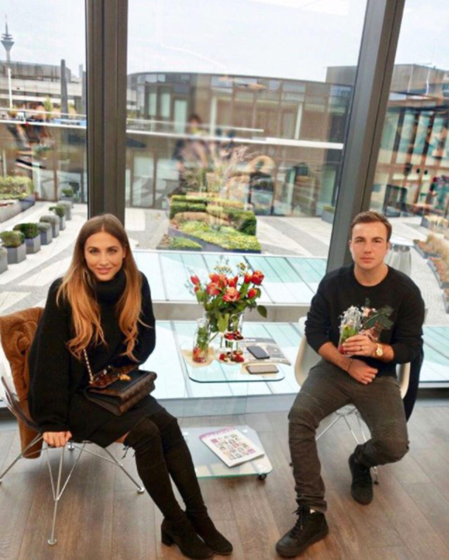 Die kleine Beauty-Auszeit genießt Mario Götze nämlich gemeinsam mit seiner Verlobten Ann-Kathrin Brömmel. Das Paar besuchte schon häufiger das Düsseldorfer Kosmetikstudio. Was für ein hübsches Paar!